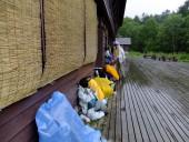 18尾瀬沼の山小屋で雨宿りで昼食DSCF9850s