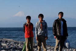 28_大瀬崎にて富士を望む3人_DSCF1279
