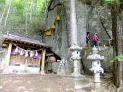 25ハイキング③石割神社のご神体に到着DSCF1431