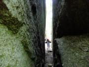 26ハイキング④岩の割れ目を3回くぐるとご利益ありDSCF1424