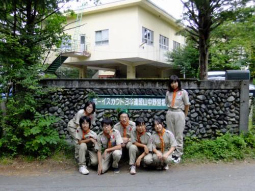 37ボーイスカウト日本連盟山中野営場の門で記念撮影DSCF1510