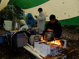 12_朝食をとりながら昼食のおにぎり用にご飯を炊く_DSCF2158