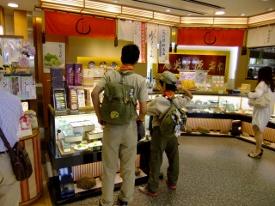 20_鎌倉駅でお土産購入_お疲れ様DSCF2392 (275x206)