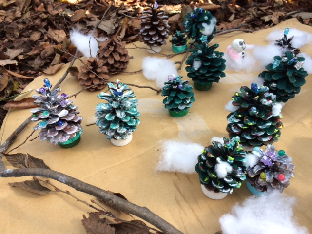 松ぼっくりがクリスマスツリーに変身