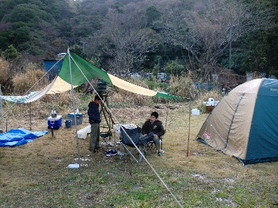 キャンプサイトでホットカルピス