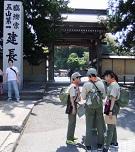 05_建長寺前で地図を確認DSCF3376